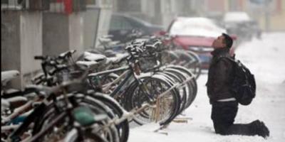 Demi Dapatkan Maaf Kekasih, Pria Ini Nekat Tunggu Berjam-jam di Tengah Hujan Salju